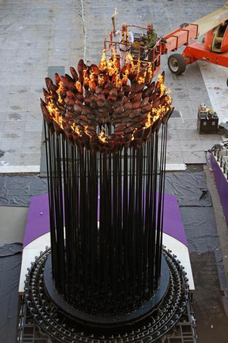 Фоторепортаж  о прибытии Олимпийского огня в Букингемский дворец.   Фото: by Arthur Edwards - WPA Pool/Getty Images