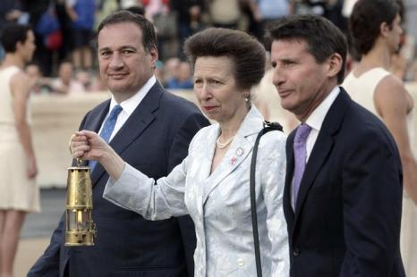 Церемония передачи Олимпийского огня «Лондона-2012» на стадионе «Панатинаикос» в Афинах, Греция.  Спирос  Капралос  (Spyros Capralos) принцесса Анна и Дэвид Бекхэм. Фоторепортаж. Фото: Milos Bicanski/Getty Images