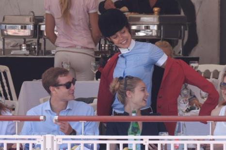 Принцесса Монако Шарлотта Казираги и её брат Пьер Казираги со своей подругой – звездой телеэкрана Беатрис Борромео на Каннском туре по прыжкам на лошади. Фоторепортаж. Фото: Marc Piasecki/Getty Images