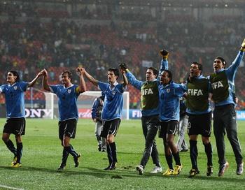 Сборная Уругвай стала вторым полуфиналистом ЧМ-2010. Фото: Ezra SHAW/Getty Images
