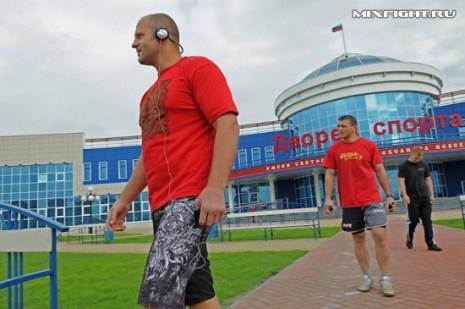 Федор Емельяненко, Михаил Заяц и Дмитрий Самойлов выходят на пробежку. Фото с сайта mixfight.ru