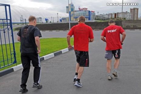 Дмитрий Самойлов, Федор Емельяненко и Михаил Заяц начинают пробежку. Фото с сайта mixfight.ru