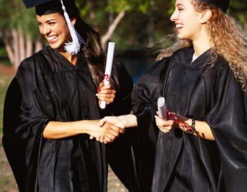 Смех, радость и облегчение. Выпускной вечер является одной из тех вех, которые вовлекают в событие всех членов семьи, обычно придумывающих идеи подарков для выпускников. Фото с сайта Photos.com