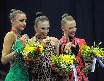 Евгения Канаева (L), Дарья Кондакова (C), Алии Гараева (R). Фото: NATALIA KOLESNIKOVA/AFP/Getty Images