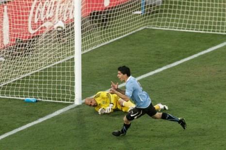Луис Суарес забивает победный гол для сборной Уругвай. Фото: Abbey SEBETHA/Getty Images