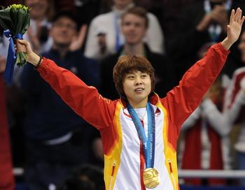 Китайская конькобежка Ван Мэн выиграла третье золото в Ванкувере. Фото: Robyn BECK/AFP/Getty Images