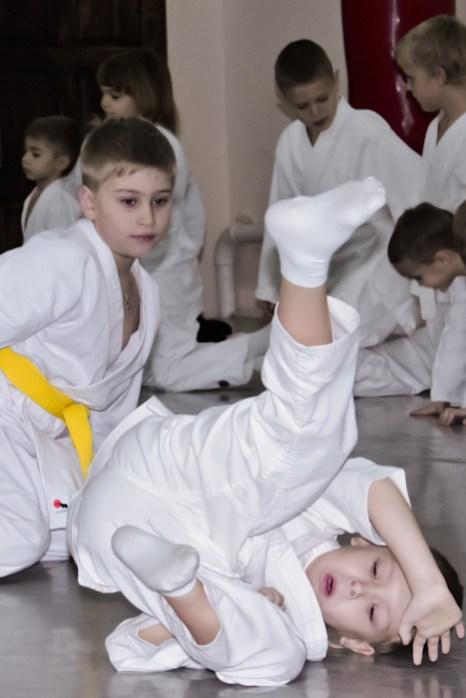 Дети выполняют кувырки (Укеми искусство страховки). Фото: Александр Трушников/Великая Эпоха (The Epoch Times)