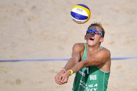 Константин Семёнов на третьей встрече группового этапа чемпионата мира по пляжному волейболу в Польше 4 июля 2013 года. Фото: Adam Nurkiewicz/Getty Images