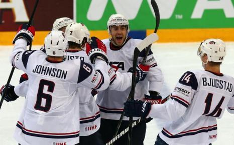 Команда США празднует забитую шайбу на матче Чемпионата мира Россия-США. Фото: Martin Rose/Bongarts/Getty Images