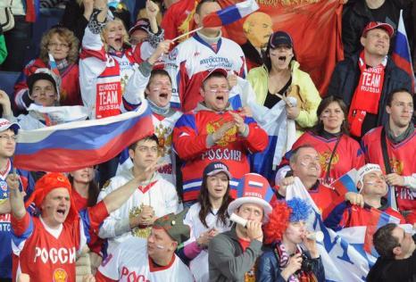 Болельщики поддерживают российскую команду на матче Чемпионата мира Россия-США. Фото: ALEXANDER NEMENOV/AFP/Getty Images