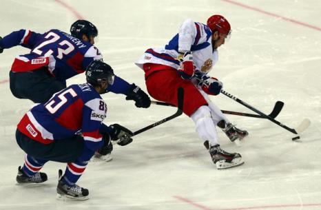 Артём Анисимов ведёт борьбу с игроками сборной Словении на встрече России и Словакии в матче отборочного тура ЧМ по хоккею. Фото: Martin Rose/Bongarts/Getty Images