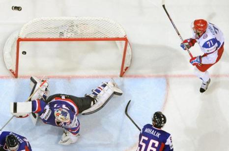 Первый гол забила сборная России на встрече России и Словакии в матче отборочного тура ЧМ по хоккею. Фото: ALEXANDER NEMENOV/AFP/Getty Images