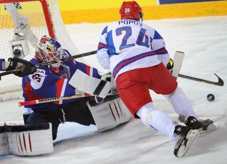 Российский форвард Александр Попов атакует вратаря Словакии Ярослава Януса на встрече России и Словакии в матче отборочного тура ЧМ по хоккею. Фото: ALEXANDER NEMENOV/AFP/Getty Images