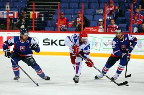 Александр Радулов с шайбой на встрече России и Словакии в матче отборочного тура ЧМ по хоккею. Фото: Martin Rose/Bongarts/Getty Images