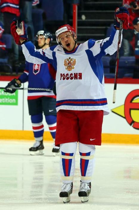 Денис Денисов празднует после того как забил 3 гол для команды на встрече России и Словакии в матче отборочного тура ЧМ по хоккею. Фото: Martin Rose/Bongarts/Getty Images