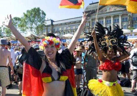 Немецкие болельщики болеют за свою страну в футбольном матче Германия - Аргентина. Фото: Matthias Kern/Getty Images