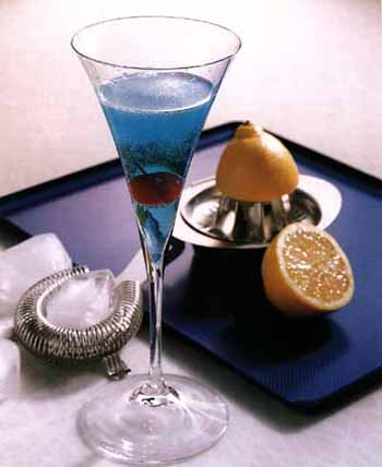 Настоящим украшением праздничной трапезы можно назвать коктейли. Фото с amedia.ru