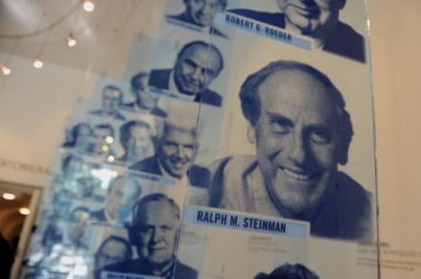 Фоторепортаж о пресс-конференции семьи Ральфа Стейнмана, награжденного Нобелевской премией посмертно. Фото: Mario Tama/Getty Images
