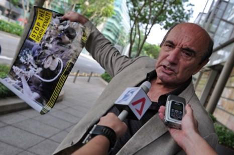 Фоторепортаж о беседе с журналистами писателя Алана Шедрейка, осужденного Сингапурским судом за клевету. Фото:  ROSLAN RAHMAN/AFP/Getty Images