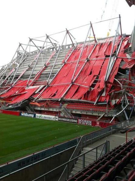В результате обрушения крыши стадиона ФК «Твенте» в Нидерландах погиб один человек и 14 пострадали. Фото: VI Images via Getty Images