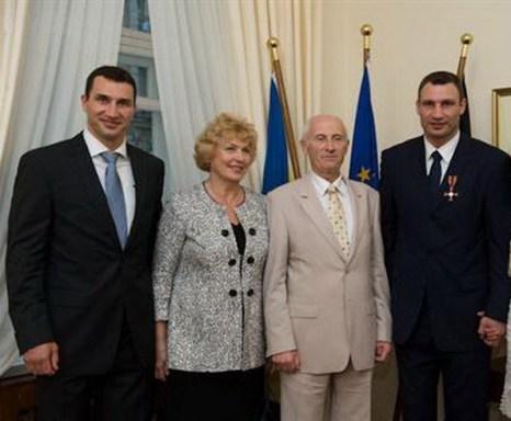 Владимир и Виталий Кличко со своим отцом и матерью.  . Фото с сайта gorodokboxing.com