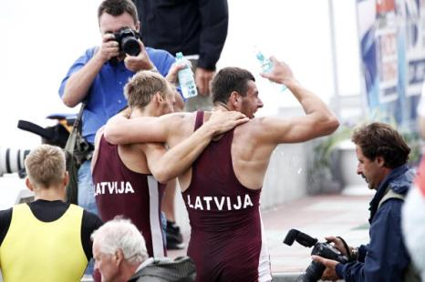 Латвийцы  Лаурис Шире и Дайрис Адамайтис выиграли золото на ЧМ-2011 по гребле в Амстердаме. Фото: Piotr Malecki/Getty Images