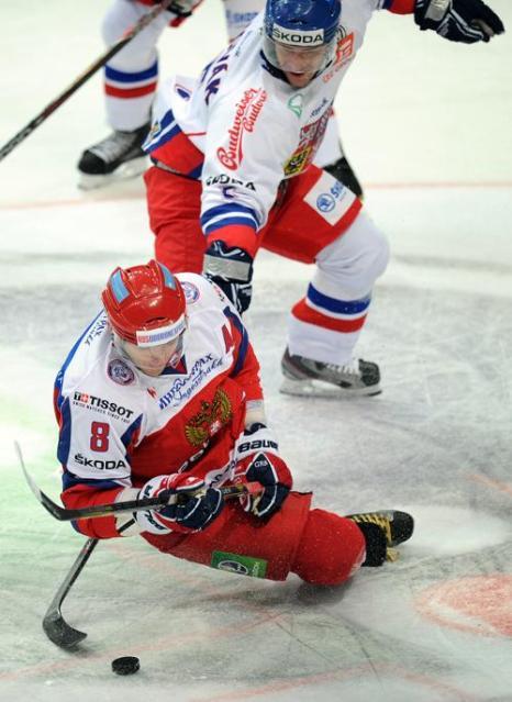 Александр Овечкин борется за шайбу с Филипом Новаком (Filip Novak). Фото: ALEXANDER NEMENOV/AFP/Getty Images