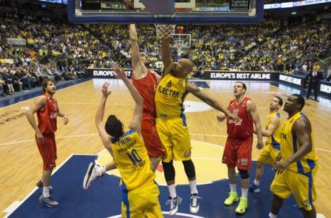 Баскетбольный клуб Израиля «Маккаби» в матче 16 тура Евролиги победил 5 декабря 2013 года краснодарскую команду «Локомотив-Кубань». Фото: JACK Guez / AFP / Getty Images