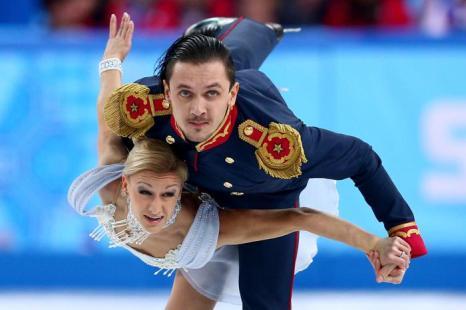 Татьяна Волосожар и Максим Траньков выступают в короткой программе на Олимпийских играх в Сочи 6 февраля 2014 года. Фото: Clive Mason/Getty Images