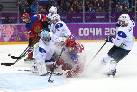 Матч российской хоккейной сборной с командой Словении на Олимпиаде в Сочи 12 февраля. Фото: Bruce Bennett/Getty Images