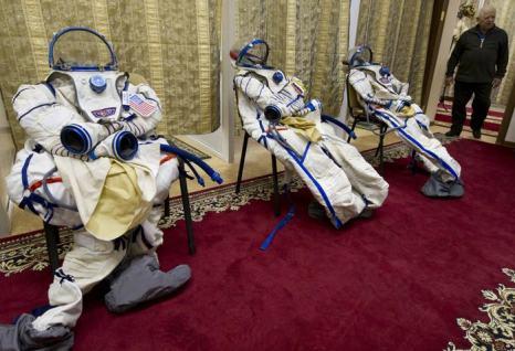 Американские и российские космонавты 12 декабря прошли курс по использованию противогазов в ходе предполётных тренировок в учебном центре имени Гагарина Звёздного городка. Фото: -/AFP/Getty Images