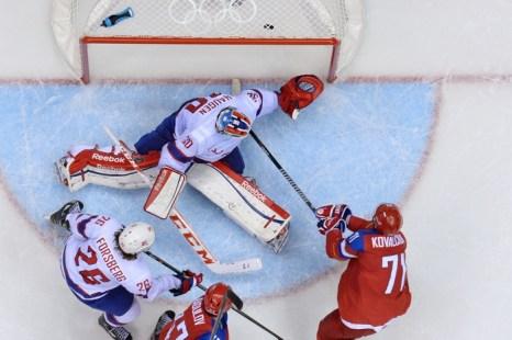 Илья Ковальчук забил второй гол в матче Россия-Норвегия 1/8 финала Олимпиады в Сочи 18 февраля 2014 года. Фото: ALEXANDER NEMENOV/AFP/Getty Images