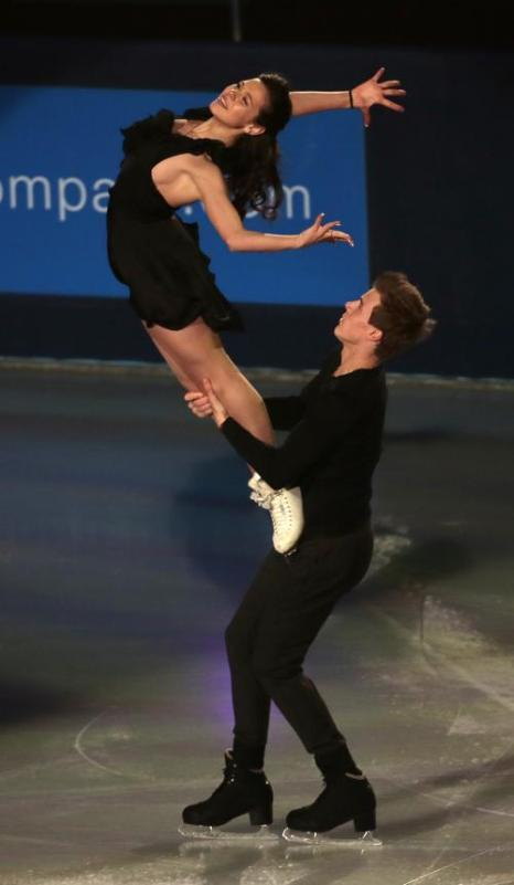 Елена Ильиных с Никитой Кацалаповым выступили 17 ноября 2013 года на закрытии турнира по фигурному катанию этапа Гран-при в Париже. Фото: JACQUES DEMARTHON/AFP/Getty Images