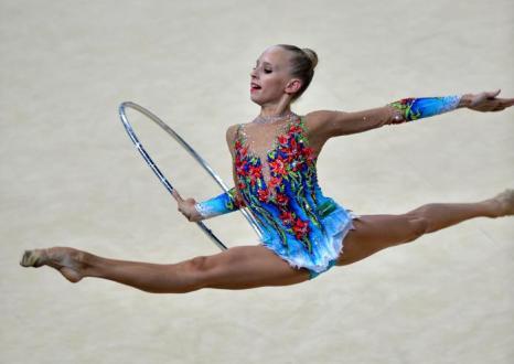 Яна Кудрявцева на чемпионате мира по художественной гимнастике в Киеве 28 августа 2013 года. Фото: SERGEI SUPINSKY/AFP/Getty Images