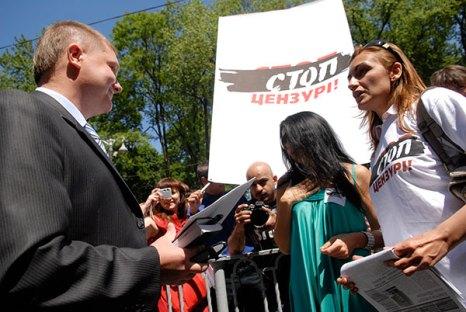 Украинские журналисты передают обращение к премьер министру. Фото: Владимир Бородин/Великая Эпоха (The Epoch Times)