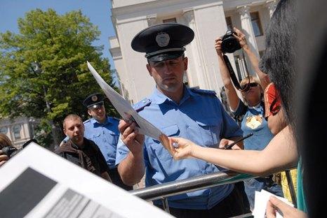 Украинские журналисты раздают газету
