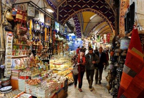 Турция — настоящее Эльдорадо для любителей шопинга. В курортных городах Турции работает огромное число магазинов. Фото: Jasper Juinen/Getty Images
