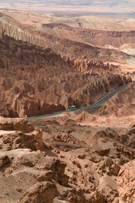 Дорога через долину Луны в Чили. Фото: Jules_Kitano/Photos.com