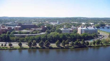Гарвардский университет — один из самых известных университетов США и всего мира, находится в городе Кембридж, штат Массачусетс. Фото: JosephBarillari/commons.wikimedia.org
