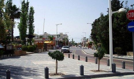 Главная улица Протараса. Протарас — небольшой курортный посёлок на юго-востоке острова Кипр. фото: Glen Bowman/сommons.wikimedia.org