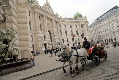 Конный экипаж в центре Вены. Фото: ALEXANDER KLEIN/AFP/Getty Images
