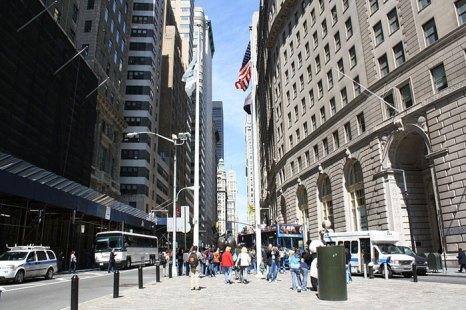 Уолл-стрит — название небольшой узкой улицы в нижней части Манхеттена в городе Нью-Йорк, ведущей от Бродвея к побережью реки Ист-Ривер. Считается историческим центром Финансового квартала города. Фото: Bin im Garten/commons.wikimedia.org