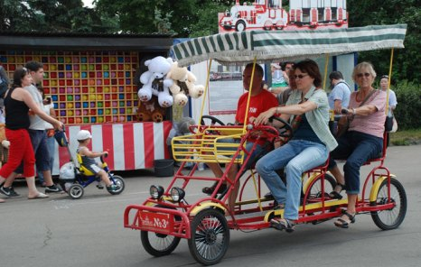 Туристы совершают обзорную экскурсию по ВВЦ на велорикше. Фото: Sean Gallup/Getty Images