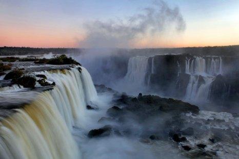 Водопад Игуасу - один из самых больших в мире и самых известных водопадов, Бразилия. Фото: David Silverman/Getty Images