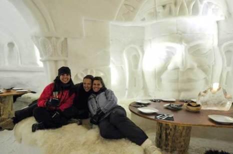 Внутренние интерьеры иглу причудливо украшены вырезанными в снегу картинами, Швейцария. фото: iglu-dorf.com
