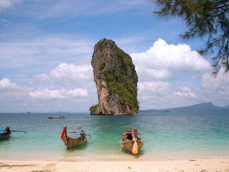 Пляж Пхра Нанг в Таиланде. Массивные скалы живописно огораживают белоснежную полосу пляжа со всех сторон. Фото: Jason Hutchens/commons.wikimedia.org