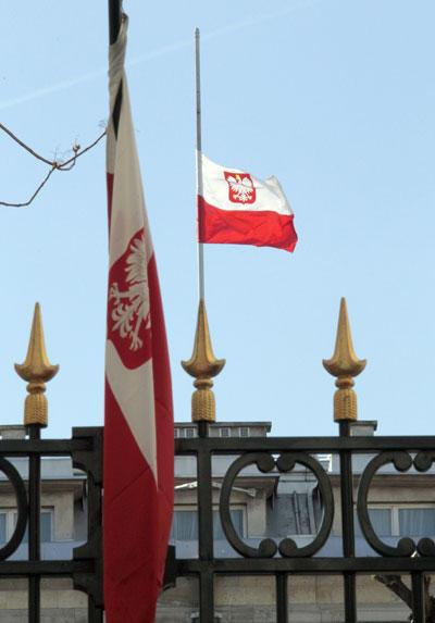 Лех Качиньский погиб. Приспущен флаг Польши. Фото: JANEK SKARZYNSKI/AFP/Getty Images