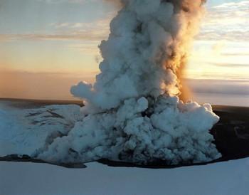 Исландский вулкан Эйяфьятлайокудль выбрасывал пепел на высоту до 10 км. Фото: EPA