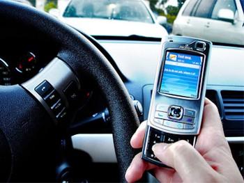 В 30 американских штатах запрещено держать мобильник за рулем. Фото с amitbhawani.com