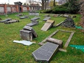 Разгромленное кладбище в Деличе. Фото с bild.de